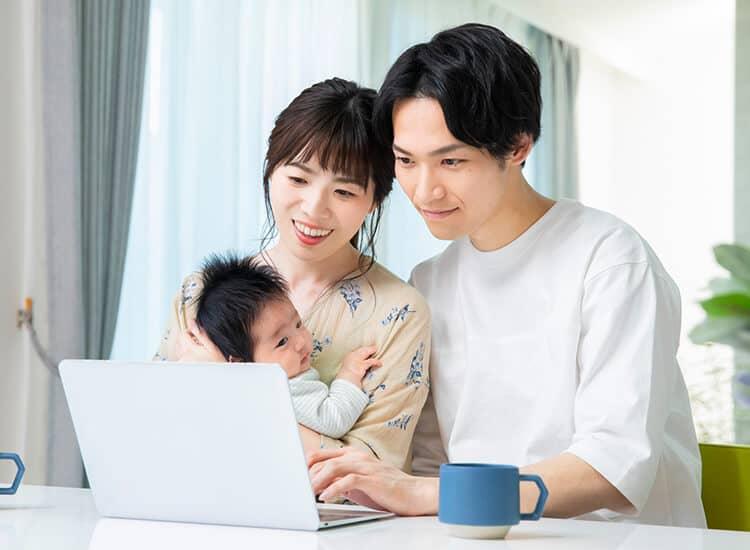 家族とPCのイメージ